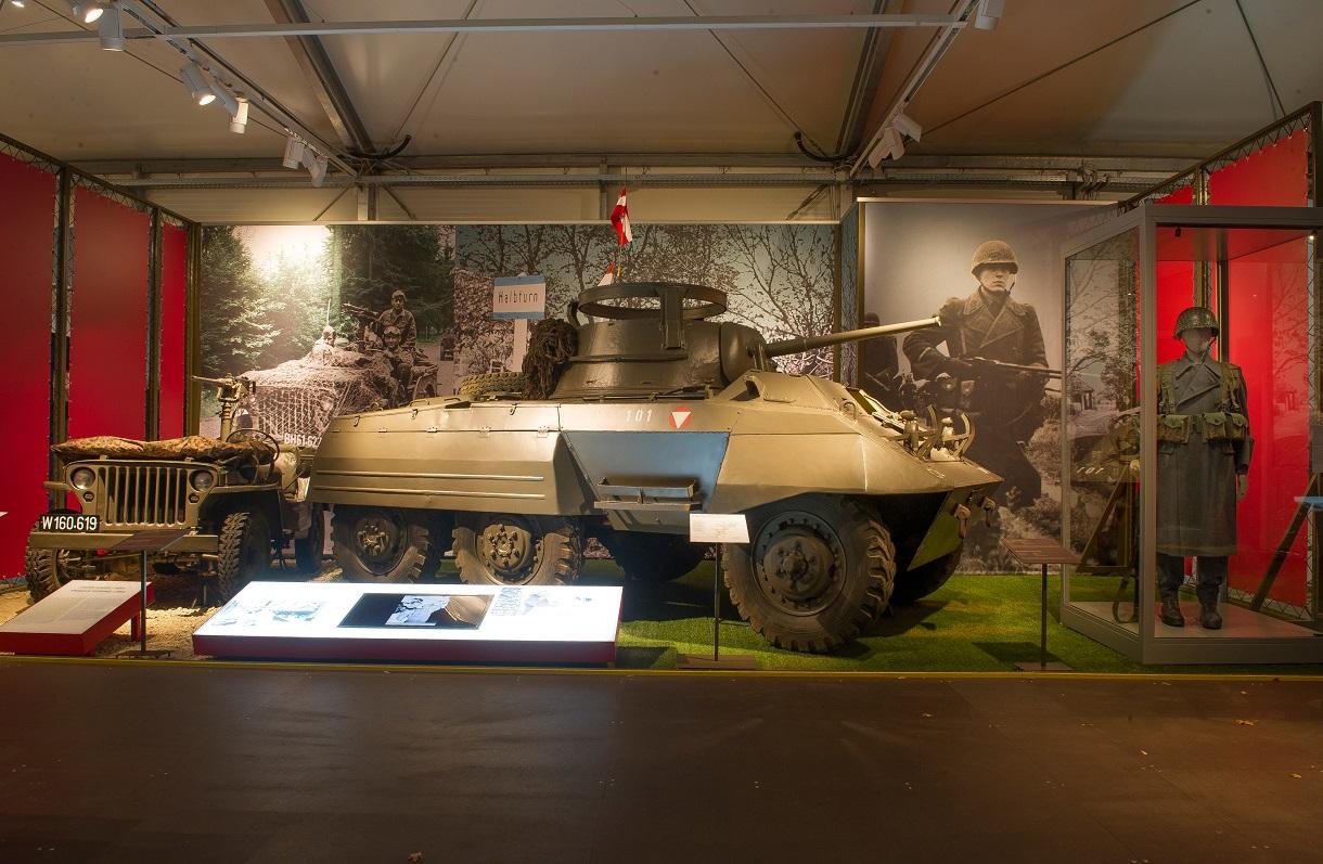 Panzer im Ausstellungsraum.