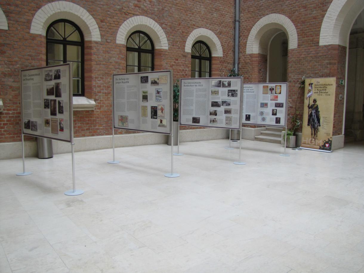 Ausstellungshalle mit vier Informationstafeln zur Wanderausstellung.