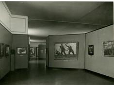 Schwarz-weiß Foto einer der Ausstellungsräume mit Gemälden
