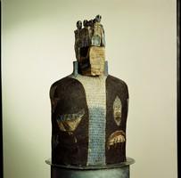 Gesichtslose Skulptur, die einen König mit Krone darstellen soll.