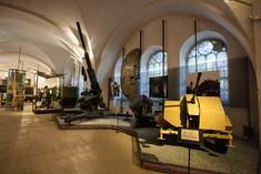 Mobile Geschütze und Panzer im Ausstellungsraum.