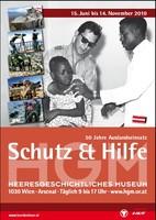 """Ausstellungsplakat """"Schutz & Hilfe – 50 Jahre Auslandseinsatz"""" mit einem Foto, auf dem ein Mann ein Kind hält, damit es vom Arzt untersucht werden kann."""