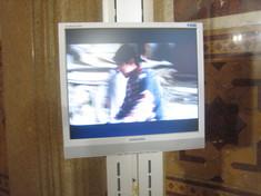 Standbild im Monitor mit Kind von der Seite in einer blauen Jacke.