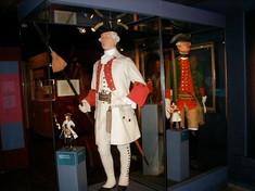 Schaufensterpuppe mit Gala-Uniform und Säbel.