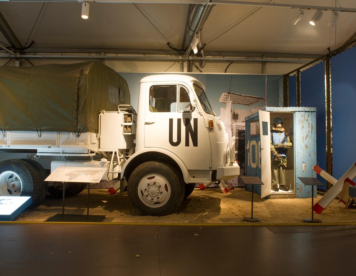 Lastkraftwagen der UNO von der Seite im Ausstellungsraum.