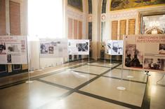 Großer Ausstellungsraum mit mehreren Info-Tafeln.