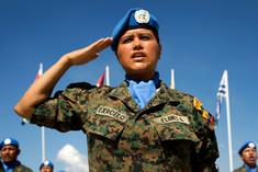 UNO-Soldatin salutiert.