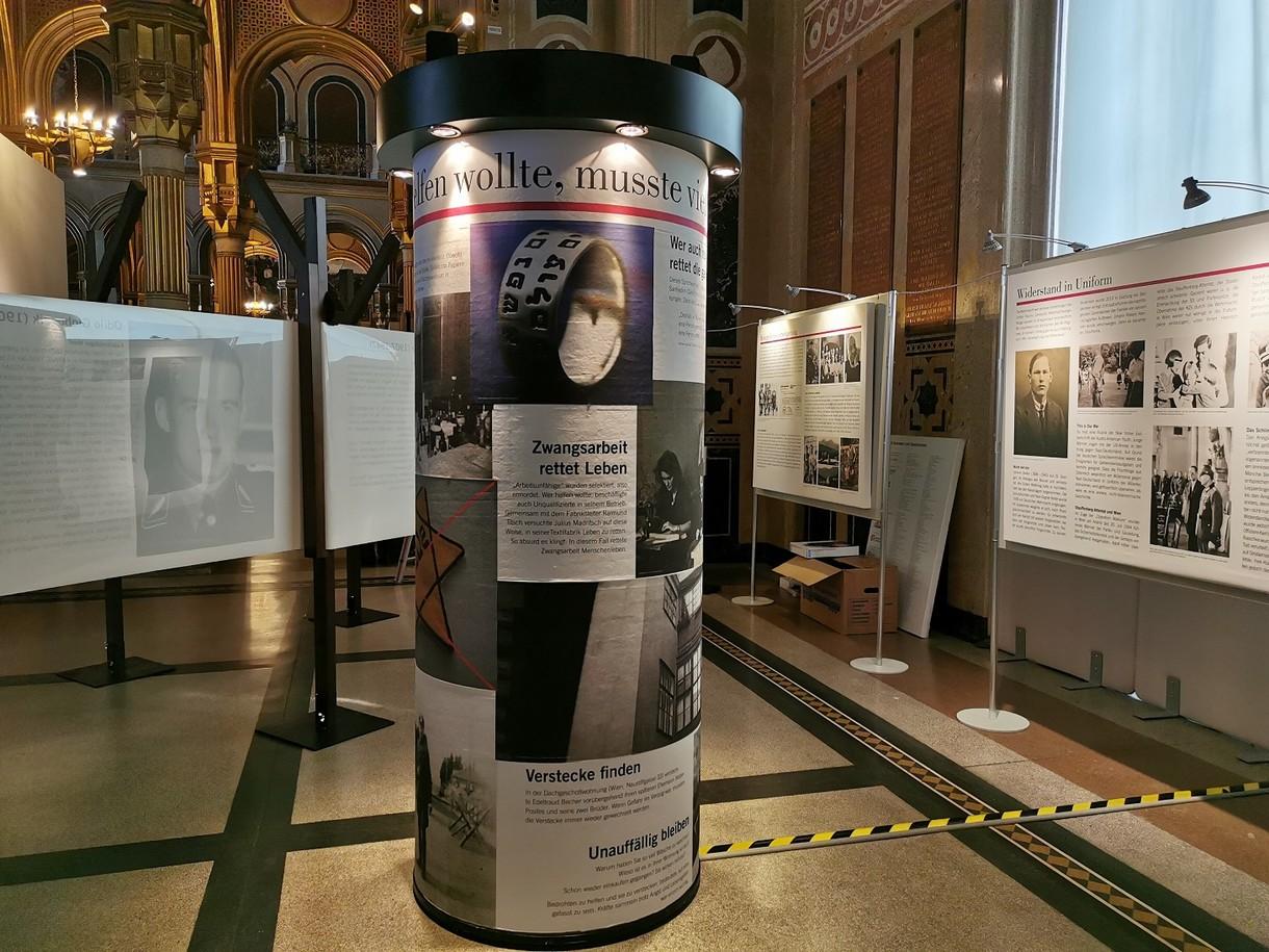 """Litfaßsäule mit Propaganda-Plakaten in der Sonderausstellung """"Die Gerechten. Courage ist eine Frage der Entscheidung""""."""