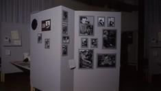 Schauwand mit gerahmten Fotografien und Porträts.