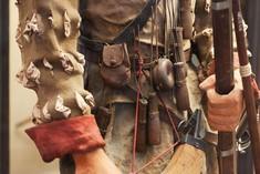 Details einer Uniform mit Waffen und Munition.