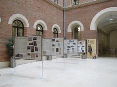 Blick auf Ausstellung im Innenhof linke Seite