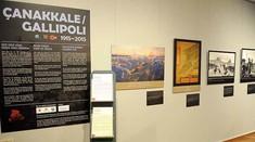 Wand im Ausstellungsraum mit Fotografien.