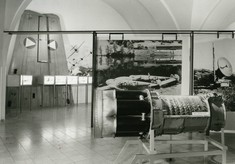 Ausgebaute Turbine eines Militärflugzeugs im Ausstellungsraum.