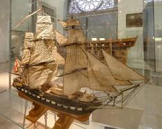 Modell des Segelschiffs Novara in Vitrine.