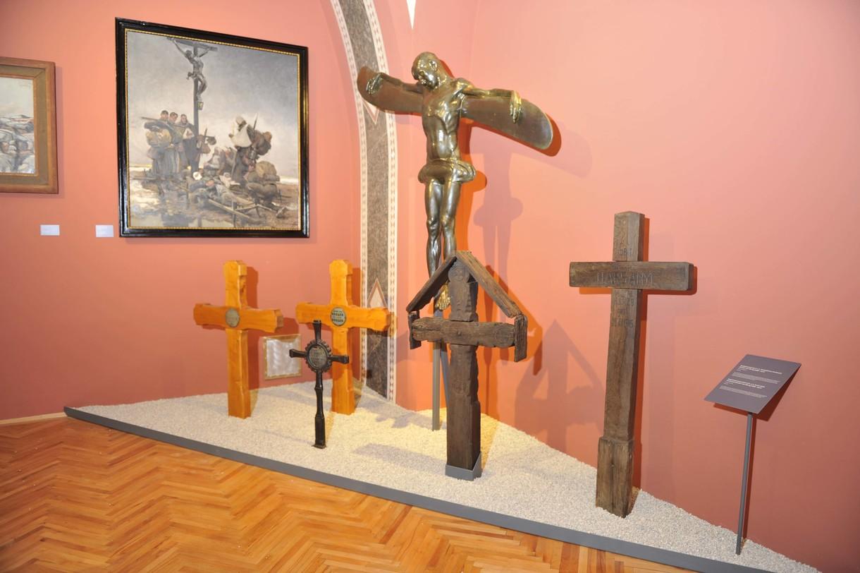 Unterschiedlich gestaltete Kreuze in einer Ecke des Ausstellungsraumes.