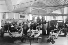Kriegsfahrzeuge in einem Ausstellungsraum.