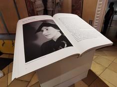 """Aufgeschlagenes Buch mit einem Schwarz-Weiß-Foto einer Frau links und Text rechts in der Sonderausstellung """"Die Gerechten. Courage ist eine Frage der Entscheidung"""""""