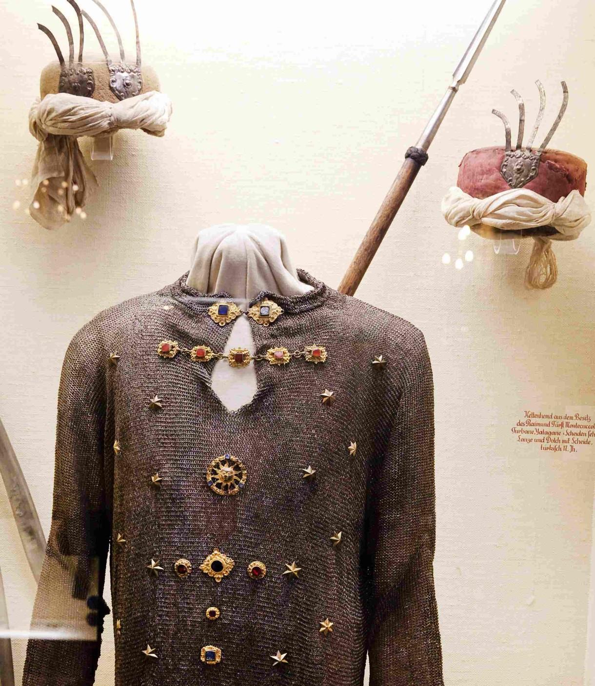 Uniform und Kopfbedeckungen eines osmanischen Soldaten in der Vitrine.