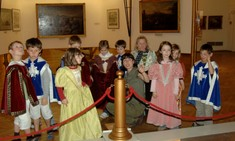 Gruppe von Kindern verkleidet als Prinzessinnen und Prinzen.