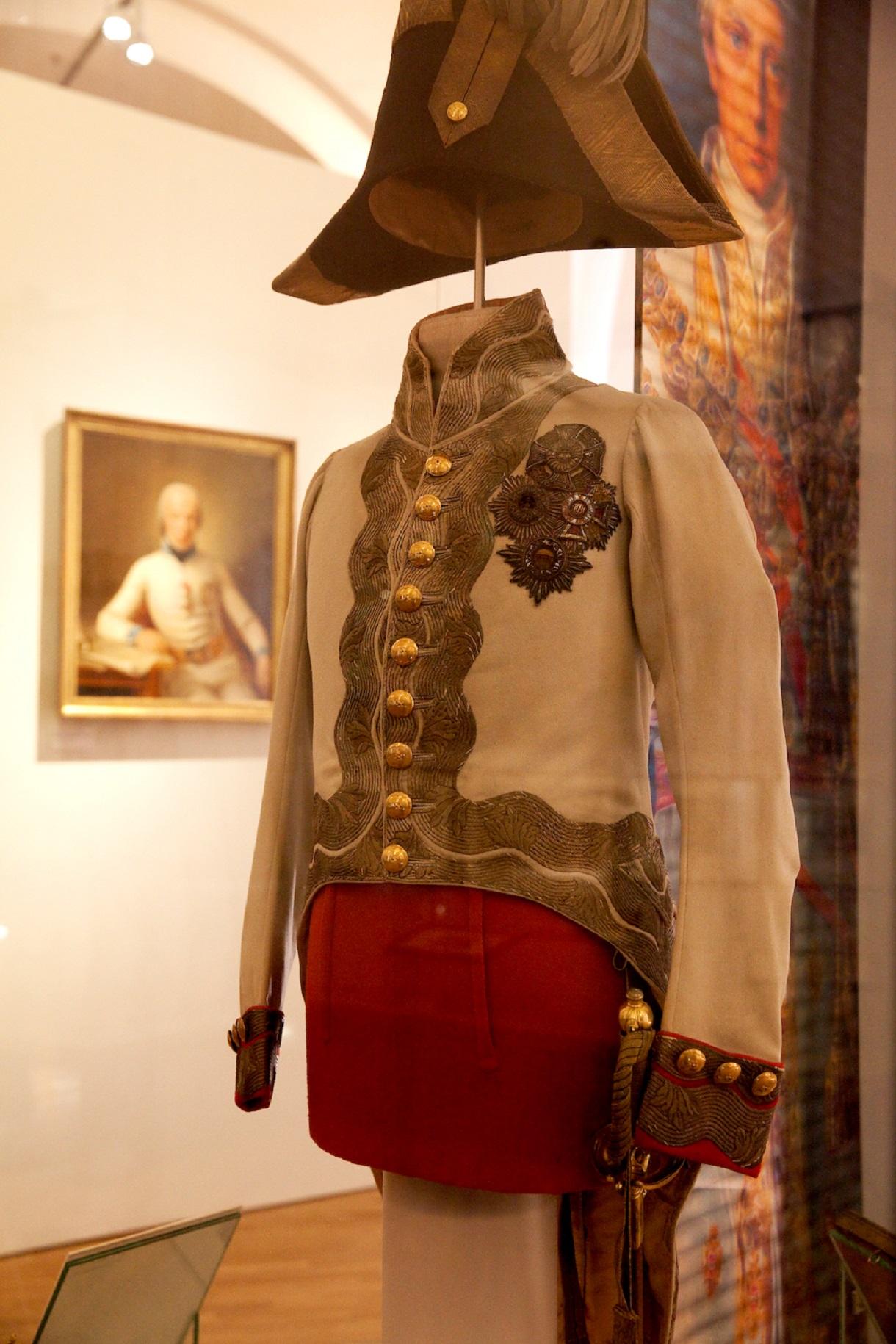 Gala-Uniform von Kaiser Franz I. in einer Vitrine.