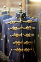 Uniformjacke mit goldenen Details.
