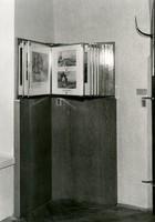 Aufgestelltes, geöffnetes Fotoalbum mit schwarz-weiß Bildern.