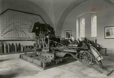Schwarz-Weiß-Foto eines Geschützes im Ausstellungsraum.