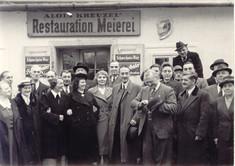 Schwarz-Weiß-Foto einer Menschenmenge vor der Restauration Meierei.
