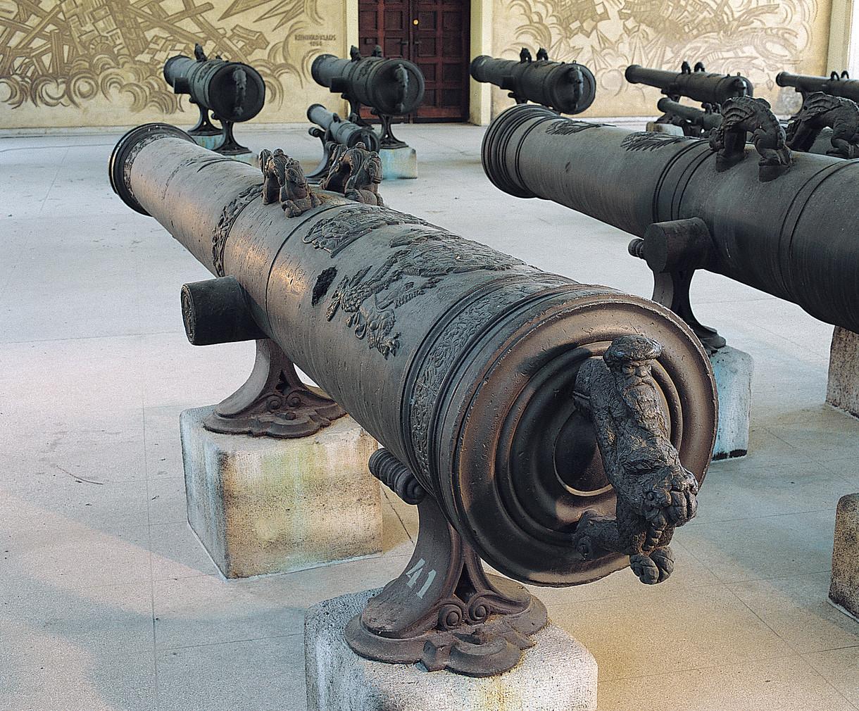 Kunstvoll verziertes historisches Geschützrohr.