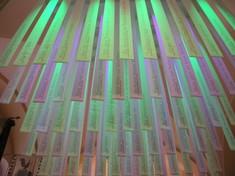 Bunt beleuchtete Stoffbahnen, die von der Decke hängen.