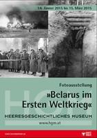 """Ausstellungsplakat """"Belarus im Ersten Weltkrieg"""" mir drei Schwarz-Weiß-Fotos von Soldaten in Reih und Glied, einem Schützengraben und einem brennenden Gebäude."""