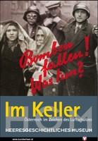"""Ausstellungsplakat """"Im Keller. Österreich im Zeichen des Luftschutzes"""" mit zwei Frauen, die sich Decken um den Kopf gehängt haben und drei Männern, die sie begleiten, einer davon Soldat."""