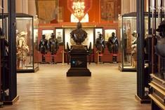 Statue von Prinz Eugen in der Mitte, rundherum Vitrinen mit Rüstungen.
