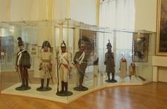 Vitrinen mit verschiedenen Uniformen.