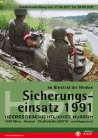 """Ausstellungsplakat """"Sicherungseinsatz 1991 – im Blickfeld der Medien"""" mit zwei Soldaten, die mit Feldstechern auf einem Hügel sitzen."""