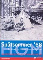 """Ausstellungsplakat """"Spätsommer '68. Der Einsatz des Österreichischen Bundesheeres"""" mit Schwarz-Weiß-Foto von zwei Soldaten vor einem Zelt im Wald sitzend, im Hintergrund ein Panzer."""