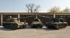 Drei Panzerfahrzeuge vor der Halle.