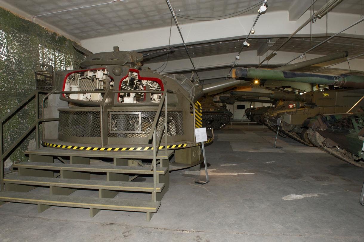 Garage mit Panzerfahrzeugen links und rechts.