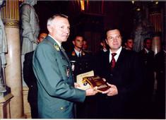 Bundesminister Günter Platter überreicht dem irischen Botschafter eine Geschenkplakette.