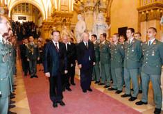 Bundesminister Günter Platter mit zwei Herren im Anzug flankiert von uniformierten Militärs.