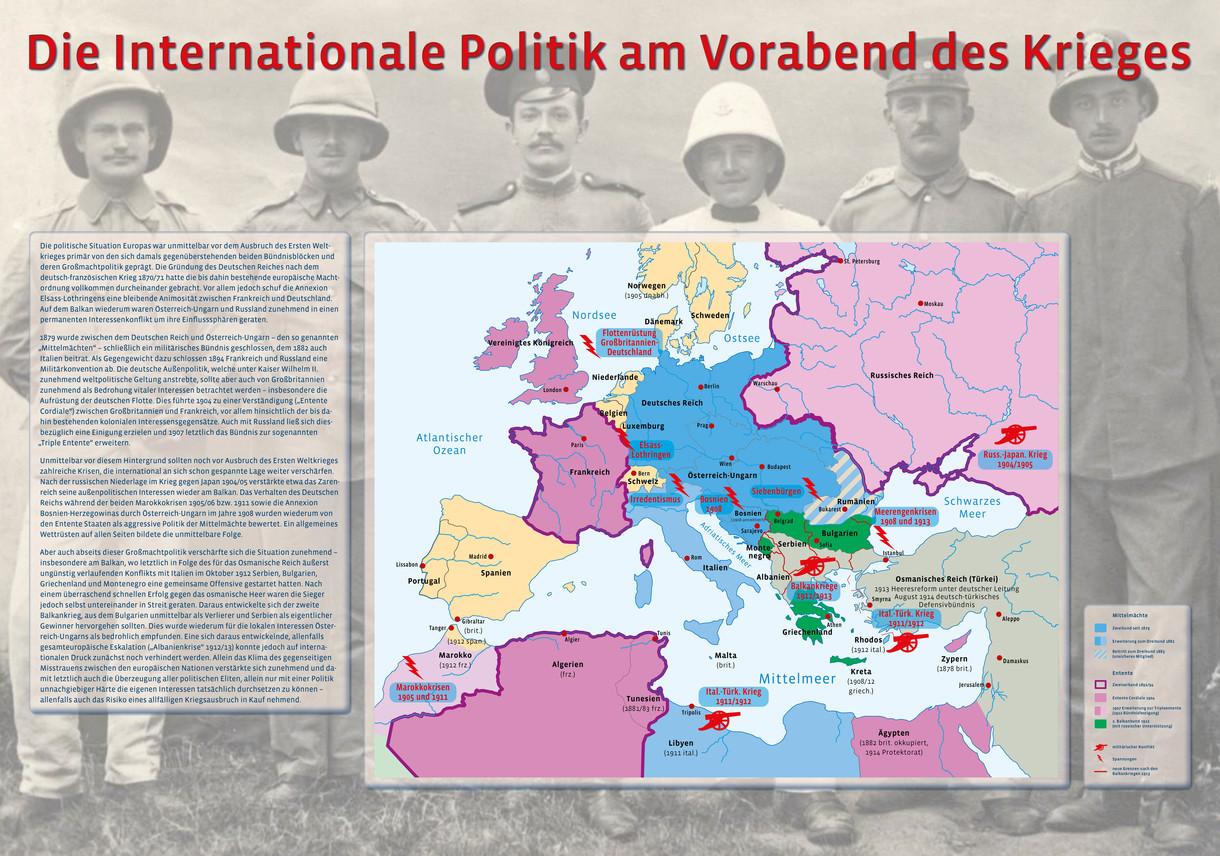 Farblicher Ausschnitt aus einer Landkarte zur internationalen Politik am Vorabend des Krieges mit textlicher Begleitung linksbündig und fünf Soldaten als leicht verblasster Hintergrund