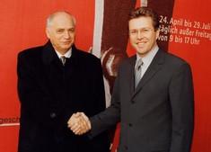 Österreichischer Verteidigungsminister Herbert Scheibner und der ungarische Verteidigungsminister Dr. János Szabó schütteln sich die Hände.