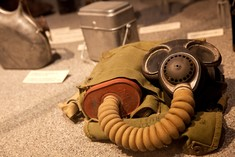 Gasmaske in Vitrine.