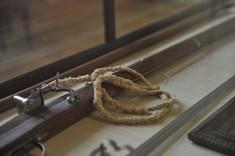 Waffe mit Seil in Vitriner.
