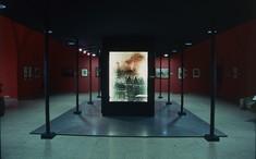 Gemälde einer brennenden Kirche im sonst leeren Ausstellungsraum.