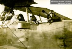 Schwarz-Weiß-Foto zweier Piloten im Flugzeug.