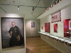 Ein Gemälde auf der linken Seite, kleinere Vitrinen in die rechte Wand eingelassen.