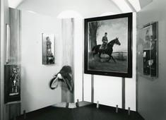 Gemälde mit einem Soldaten am Pferd, daneben eine Schautafel mit einem kleinen Gemälde.