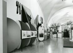 Schautafeln und -wände links und rechts mit Fotos.