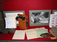 Fotos, Dokumente und Briefe in einem Schaukasten.